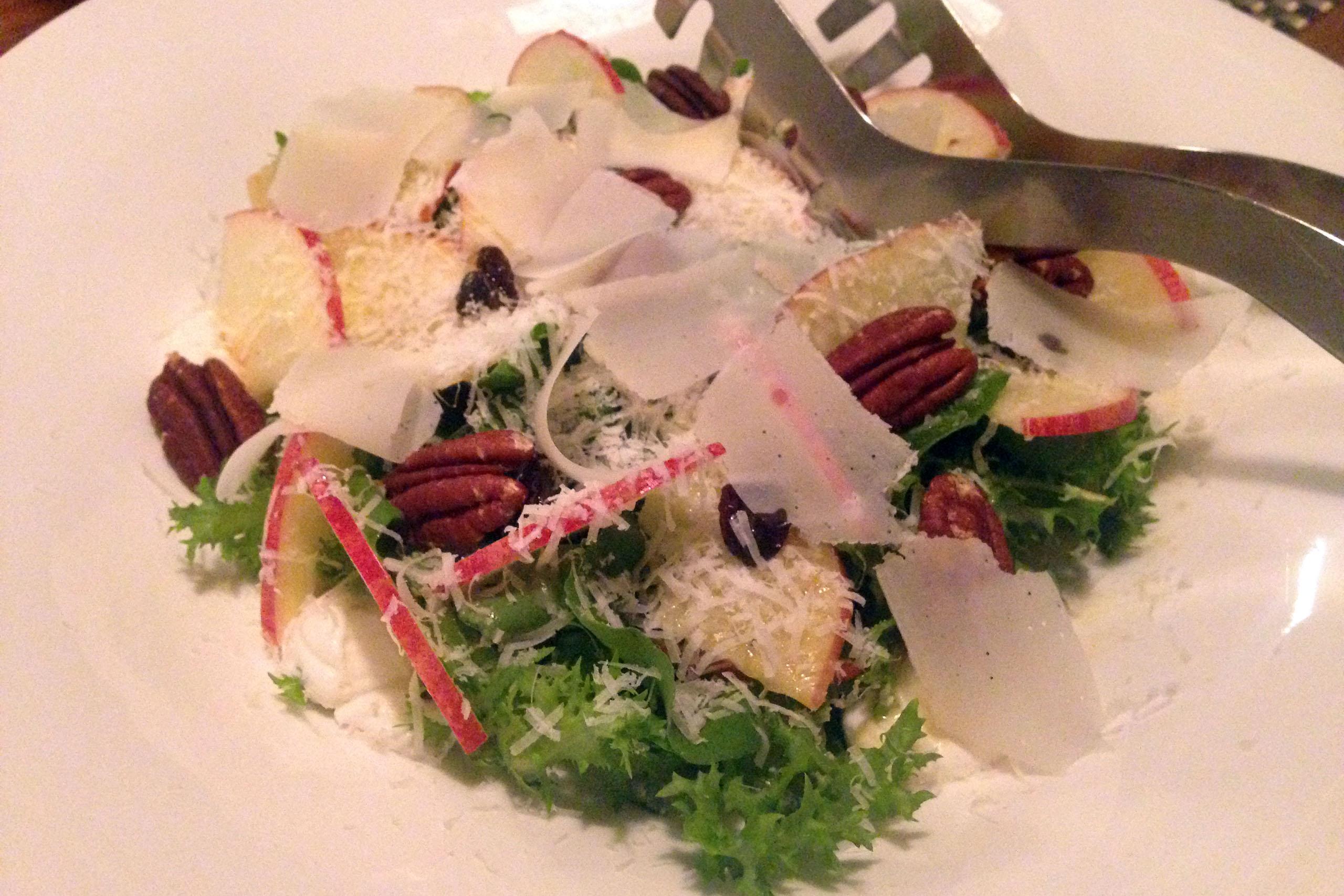 수제 리코타 치즈와 파르마지아노 치즈를 올린 애플-피칸 샐러드