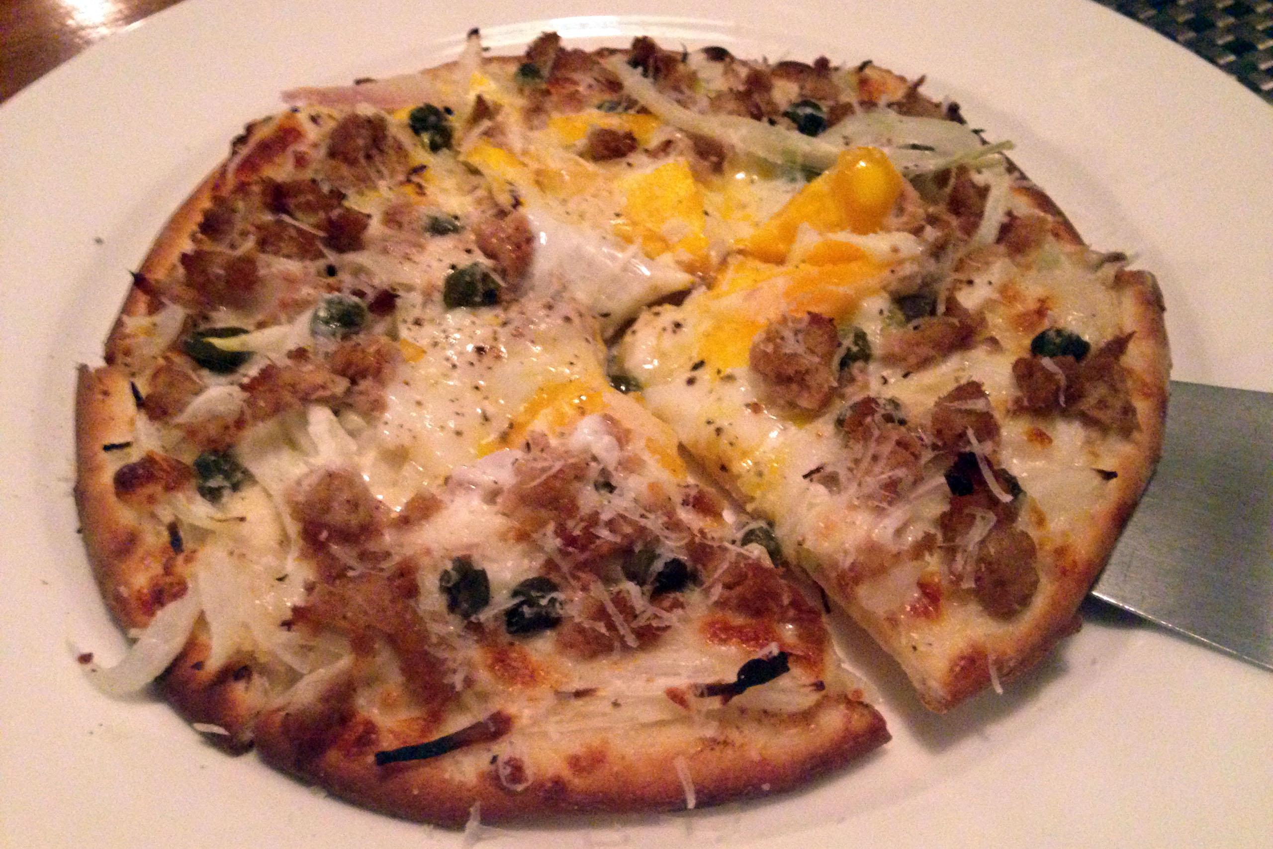 똔노 비스마르크(참치, 양파, 케이퍼, 달걀이 올라간 시칠리아풍 피자)